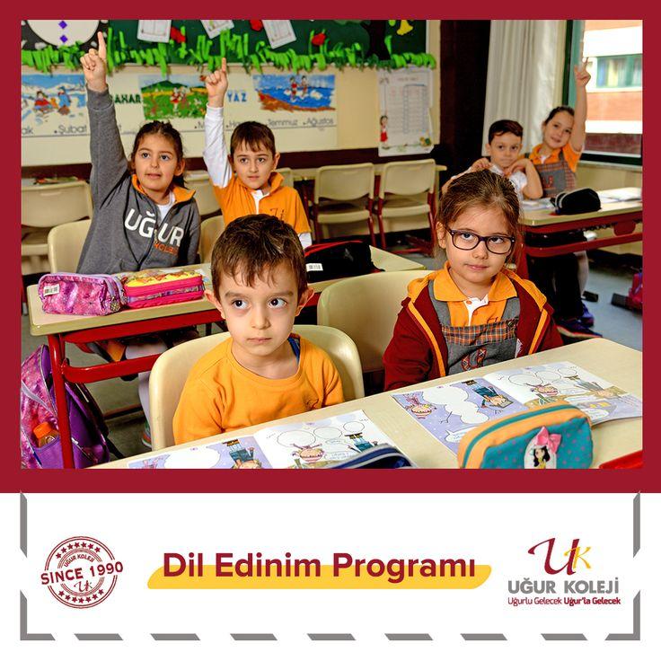 """Özel Uğur İlkokulunda İngilizce eğitimi 1, 2 ve 3.sınıflarda """"Dil Edinim Programıyla verilmektedir. Bu programda diğer derslerle bağlantılı olarak  oyun, şarkı, kukla ,drama, TPR, rol alma-canlandırma, story telling gibi uygulamalar yapılmaktadır.   Bu yöntemlerle öğrencinin dinleme, dinlediğini anlama ve  konuşma becerileri geliştirilir. Böylelikle konuşma ürkekliği denilen engel aşılır. Canlı hareket halindeki sözcüklerin öğrenimine ağırlık verilerek dilde akıcılık sağlanır, okuma ve yazma…"""