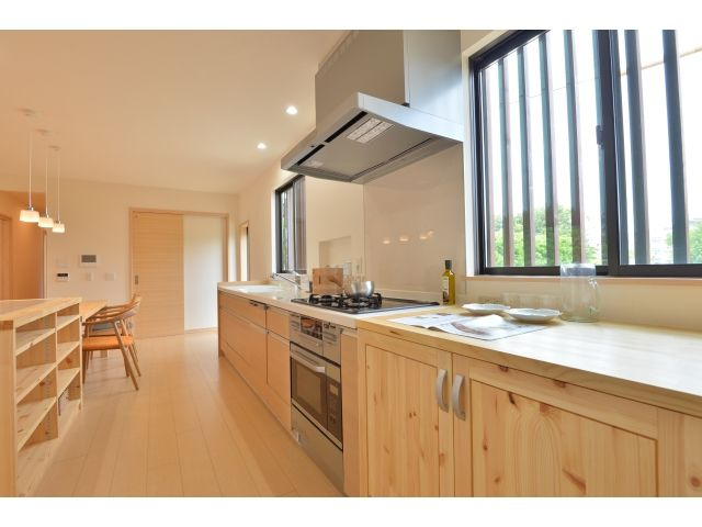 Onocom Design Center  2人で料理をしても余裕の広さ。食卓の並びに配膳に便利な作業台を造付けました。