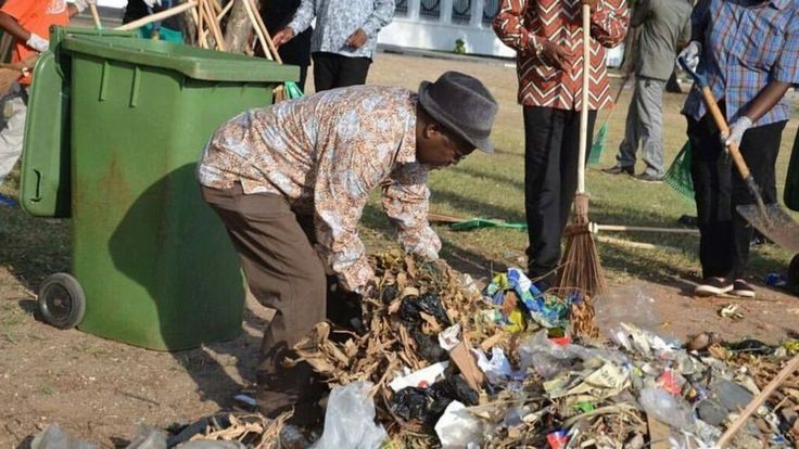 Tanzania's new President John Magufuli joins hundreds of residents in the main city Dar es Salaam to take part in a public clean-up operation.