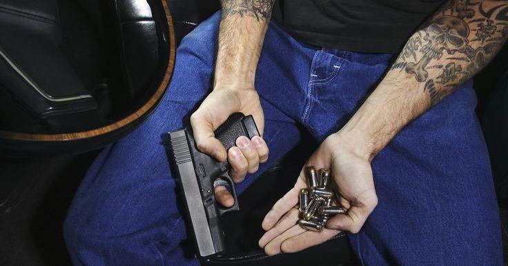 Instrucciones para limpiar un arma Smith & Wesson 9 mm. La pistola 9 mm Smith & Wesson es una de las pistolas de mano compactas más producidas del mercado. El tamaño pequeño del arma, combinado con su estilo simple y su facilidad para usar la hacen popular, tanto para hombres como para mujeres. La Smith & Wesson de 9 mm debe limpiarse a menudo para mantenerla en buen estado.