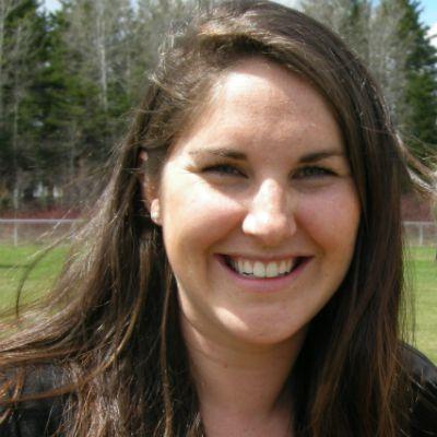Après avoir complété un baccalauréat en communication publique et travaillé à l'extérieur de la région, Catherine Miousse, originaire de Carleton-sur-Mer, est revenue au bercail au printemps 2013 pour s'installer à Maria. « Depuis que je suis de retour dans ma région, j'ai toujours eu des défis professionnels très stimulants avec des employeurs qui me font confiance. »