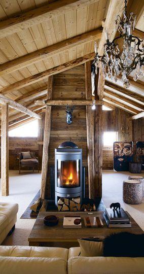 Salon chaleureux et convivial dans ce chalet de montagne - Chalet pour skieurs - CôtéMaison.fr