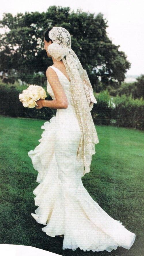 Wrapped Lace Veil. Vintage wedding dress idea