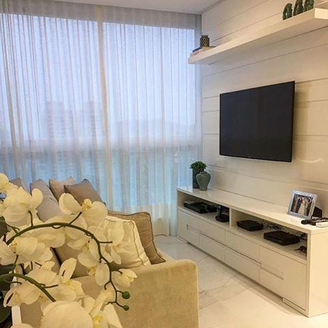 Sala de estar tranquila e aconchegante para descansar depois de um longo dia 💙 Quem não gosta?! #salameunovoapê  Projeto Monica Demoner