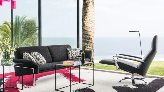 De #Jori Tosca #bank refereert naar de jaren 70 met zijn decoratieve frame die de #sofa omarmt. Zoals u van Jori gewend bent heeft ook dit model een fenomenaal zitcomfort. De armleggers zijn verstelbaar en de rugleuningen zijn royaal. Optioneel is de Tosca zelfs uit te breiden met geïntegreerde verstelbare hoofdsteunen. #GilsingWonen #design #wooninspiratie