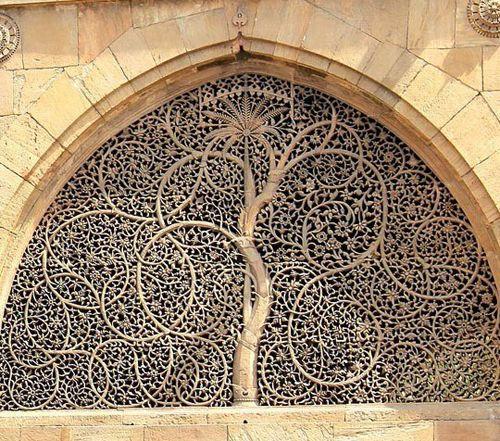 인도 구자라트주 아마다바드 모스크 외벽에 있는 창문   나무 모양 창문 - 원모양을 기르면 뻗은 나뭇가지에 벽을 채운 수많은 나뭇잎...