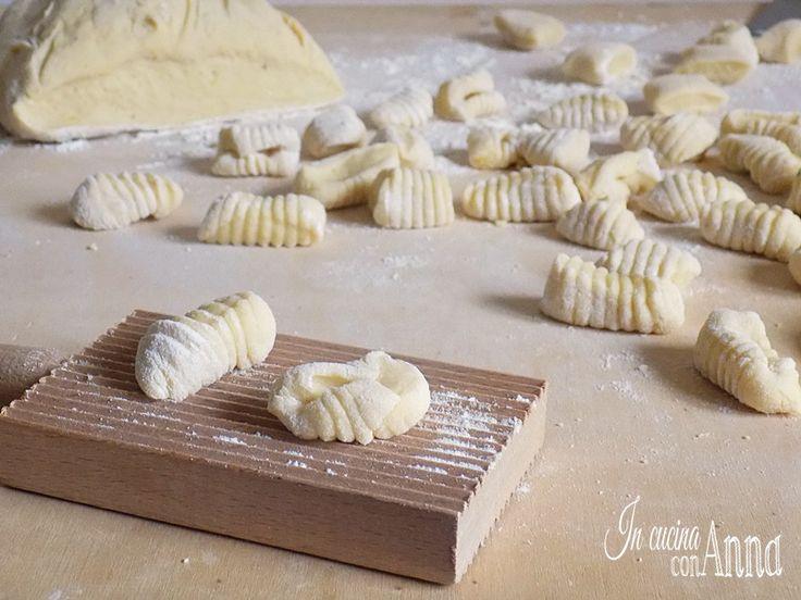 Gli gnocchi di patate sono il primo piatto che fa felice tutta la famiglia,questa è la ricetta per ottenere a casa degli gnocchi perfetti e molto saporiti...