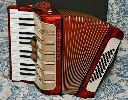Trekklavier | Die trekklavier is 'n fluit (reed) instrument en die ontstaan daarvan was baie primitief. Dit het agt note aan die diskant (treble) gehad met enkele boeke (bellows) tussen die baskant wat vier note gehad het. Die eerste basiese trekklavier is omstreeks 1822 deur n Duitser in Berlyn, ene Christian Friedrich Ludwig Bushman, ontwerp 'n instrument wat die eerste keer die naam trekklavier (Akkordeon) gekry het, is in 1829 deur Cyrill Demian gepatenteer.