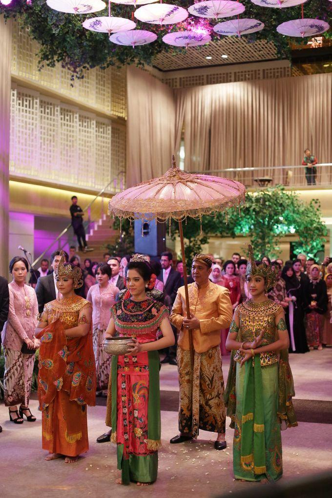 Inilah busana adat para penari tarian Merak, tari yang wajib ada dalam pernikahan adat Sunda Jawa Barat.