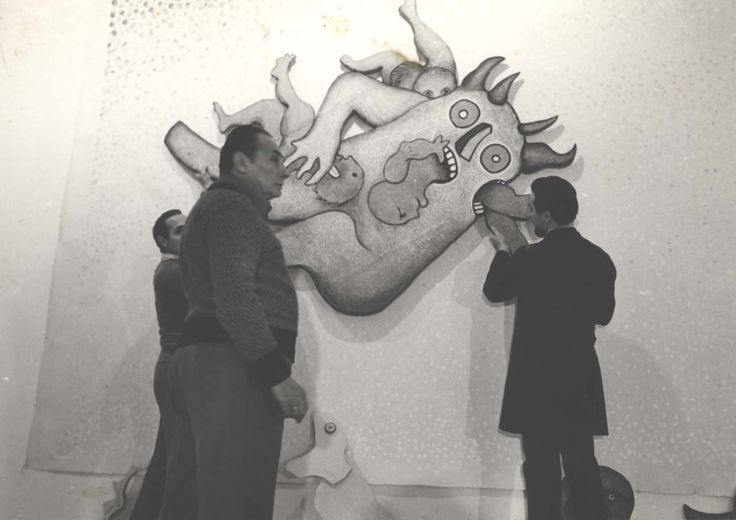 1975 anonimo fotografia b.n ( allestimento del pitt. Besozzi alla personale pitt. Baj da Marconi Milano  cm. 12,5x17,8