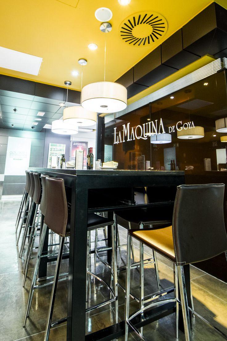 Perspectiva lateral de la zona de mesas altas de la barra, para disfrutar de pinchos tapas en el Gourmet Experience de El Corte Inglés