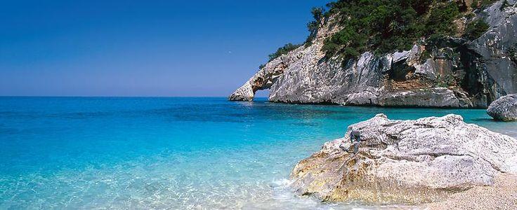 Die Cala Goloritze wartet zudem mit einer der schönsten Badebuchten der Insel auf. In allen Blautönen schimmerndes Wasser lädt zum Schwimmen und Tauchen ein. Das Felsentor in einem Felsvorsprung ist eines der Naturdenkmäler Sardiniens und darf nicht betreten werden.