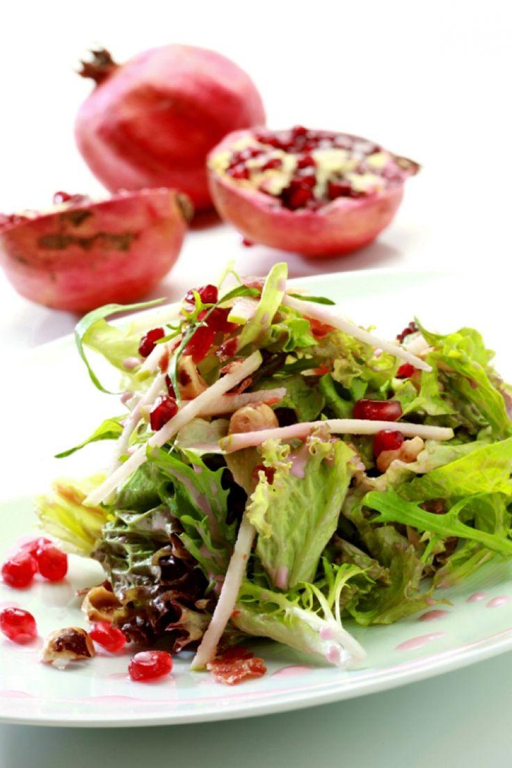 Ανάμεικτη σαλάτα με ρόδι, πράσινο μήλο, τραγανό προσούτο, φουντούκι και βινεγκρέτ ρόδι