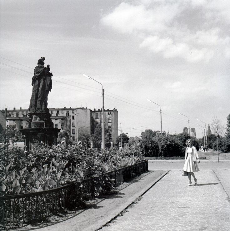 Ulica Traugutta Romualda, po lewej figura św. Jana Nepomucena przed kościołem św. Maurycego , 1964r. Wrocław