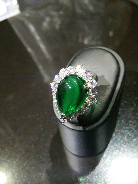 RING WHITH SINTETIC WHITE DIAMONDS AND EMERALD'S DROP