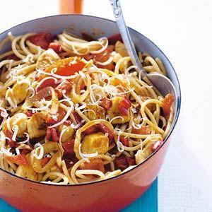 Zomerpasta met kip en tomaat: volkorenspaghetti, kipfilet in blokjes, 1 ui, 1 puntpaprika, 5 trostomaten, 3 el citroensap