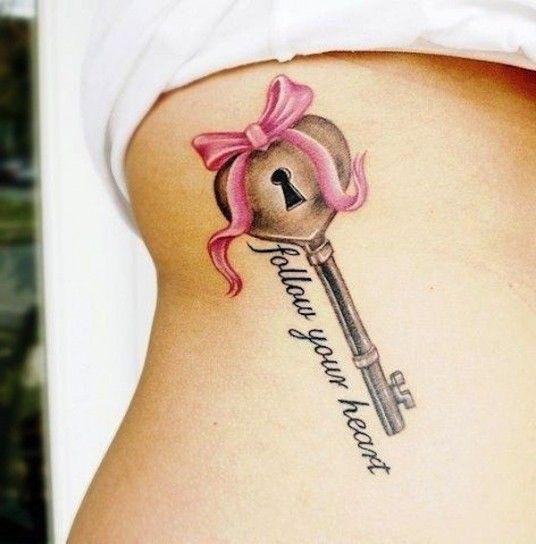Tatuaggio 3D chiave con fiocco
