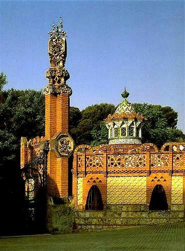 Finca Güell, en el barrio de Pedralbes, Antoni Gaudi, 1884-1887. Empleo del ladrillo y el trencadís de cerámica como revestimiento exterior. Los edificios estaban destinados a cocheras, picadero y residencia del conserje.