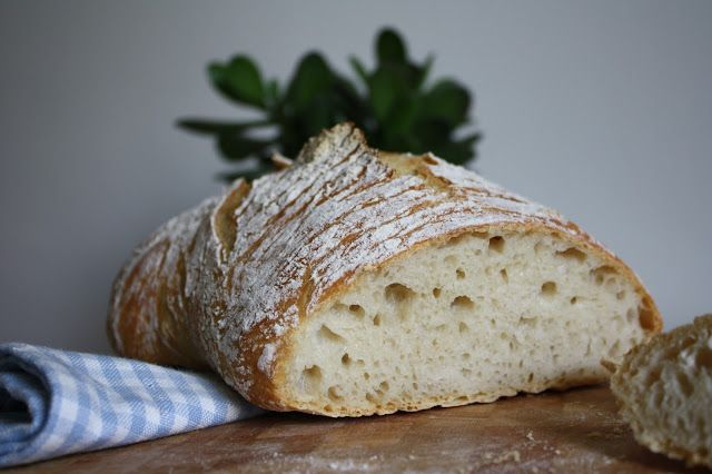 Maailman helpoin leipä    Mikäs sen ihanampaa, kuin paistaa aamupalaksi herkullinen leipä yön yli kohonneesta taikinasta ja nuuhkute...
