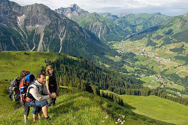 Kupres Bosznia-Hercegovina nyugati felén fekszik. Ő Nyugat-Bosznia legmagasabban fekvő települése, a tengerszint felett 1200 méteren, az év öt hónapjában hó borítja. Nyáron a túrázók, hegyi kerékpárosok, raftingosok körében népszerű.