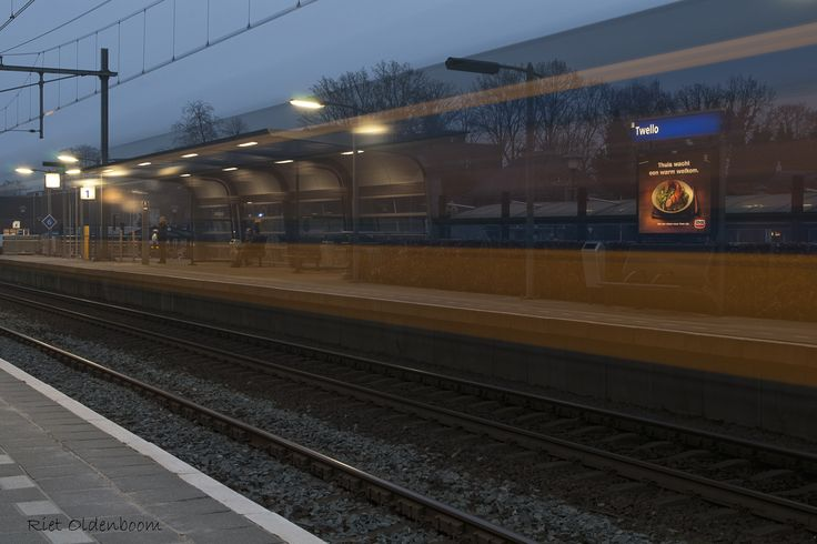station Twello, voorbij razende trein