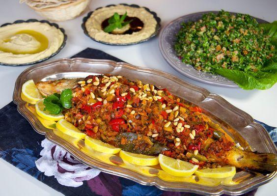 Samke harra betyder het fisk.Det är en libanesisk fiskrätt med riktigt kryddiga och goda smaker. Det finns olika sätt att laga rätten på och i receptet finns det förslag på två olika såser, välj förslaget som tilltalar dina smaklökar. Servera gärna med libanesisk tabouli, baba ganoush, stekta potatisklyftor, och pitabröd. 6 portioner samke harra 1 hel fisk som röding, öring, gös, torsk, snapper (ca 1,5 kg) Välj en av såsförslagen nedan: Sås nr 1: 1 lök 2-3 st paprikor (gärna olika färger) 2…
