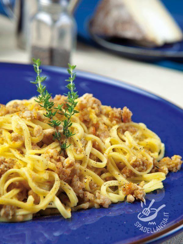 Tagliolini with sauce - Ecco un primo di carne che, accompagnato da verdure di stagione, diventa un piatto unico. Per i bimbi provate a usare un formato di pasta divertente! #taglioliniragubianco