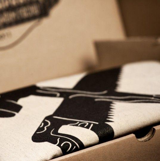 Torba Piła i Młot - wymiary:  Długość rączek: 49 cm Długość uchwytu: 106 cm Szerokość: 43 cm Wysokość: 50 cm  Każda torba pakowana jest w pudełko z tektury.