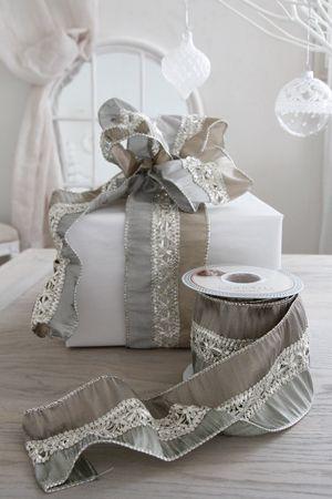 ベルギーからデコレーションに華やかさをプラスしてくれるゴージャスなリボンが入荷しました。クリスマスツリーやリース、ドア飾りなど、リボン結びにしていただくだけでも空間をパッと華やかにしてくれます。