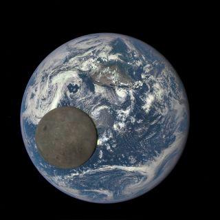 撮影したのは、NASAが開発した「EPIC」(Earth Polychromatic Imaging Camera)というカメラで、紫外線から近赤外線まで10種類の波長で撮影することができる。その先端には望遠鏡が装備されており、この画像で月が実物よりも大きく見えるのは、そのレンズの圧縮効果によるものである。   なお、月の右側に不自然な部分が生じているが、これはEPICの仕組みによるものである。EPICは赤、緑、青色の単色の画像を30秒ごとに撮影し、その3枚を結合することで自然な色の画像を生成している。そのため、月のように速く移動する物体を撮影すると、その3枚を撮影するまでに月が大きく移動してしまうことから、このような不自然な部分ができてしまっている。
