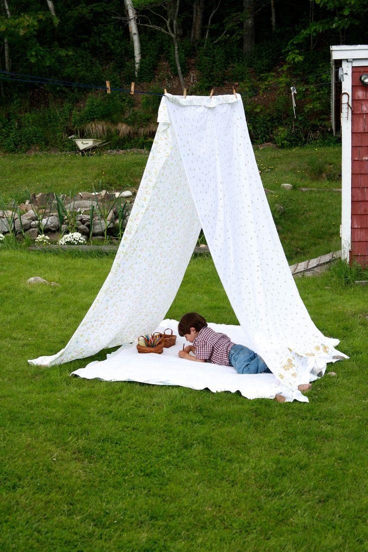 aire de jeux enfant - tipi indien artisanal en draps blancs et pinces à linge en bois