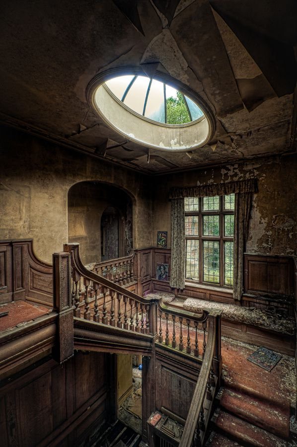 Stairway landing from inside the abandoned Potters Manor (by Richard Saunders, via 500px)