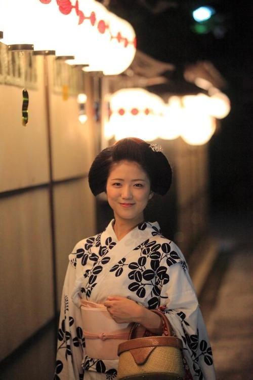 Evening summer photoshoot of always brightly smiled maiko Katsuna