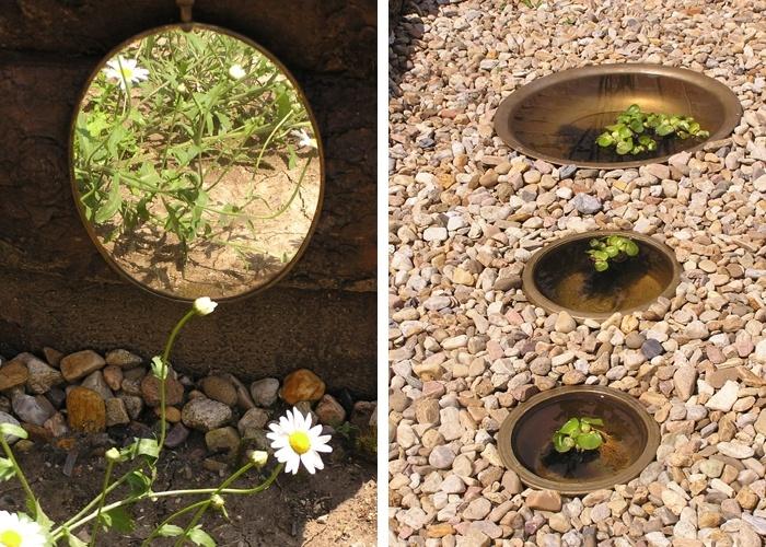 V obzvláště tmavém koutě zahrady poslouží i malé zrcadlo, které dokáže divy-vlevo. Zapuštěné nádoby v cestě vysypané kačírkem či štěrkem. V nádobách je vodní hyacint (Eichhornia crassipes)-vpravo.