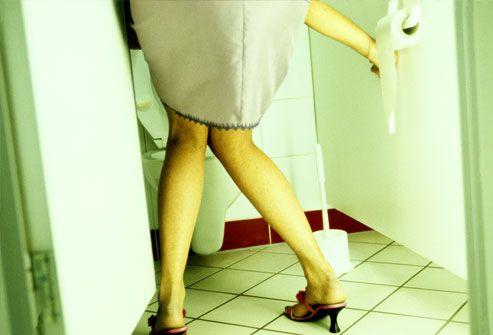 Женщины в туалете справляют нужду 14