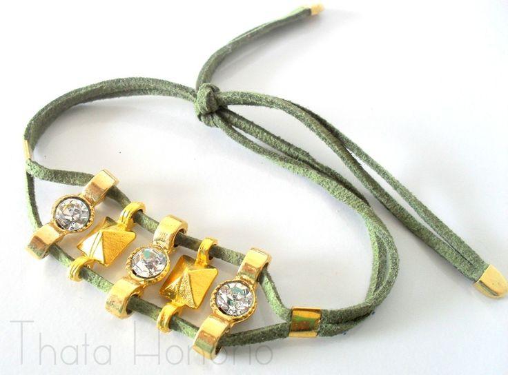 Cód: PUL464 <br> <br>Pulseira de camurça verde com entremeios de spike e strass.