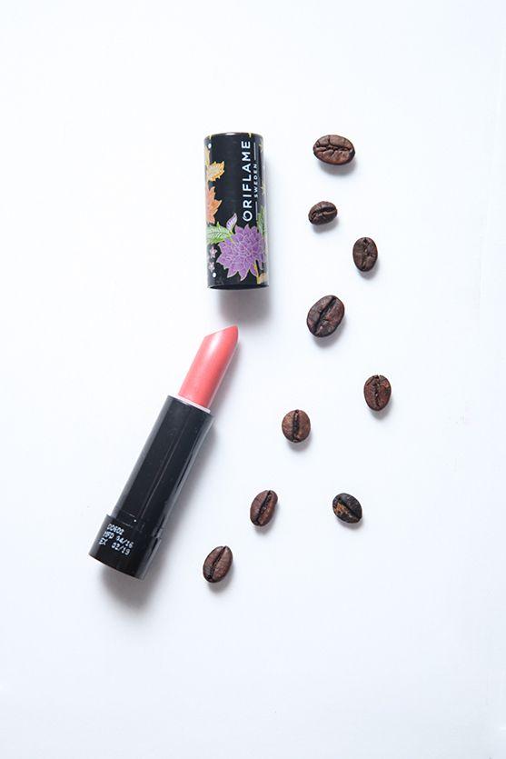 Koleksi makeup, lipstik dan pressed powder bernuansa motif batik Truntum yang melambangkan cinta dan bunga.