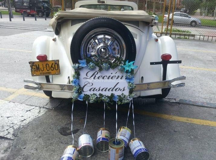 La tradición de las latas en el carro de matrimonio