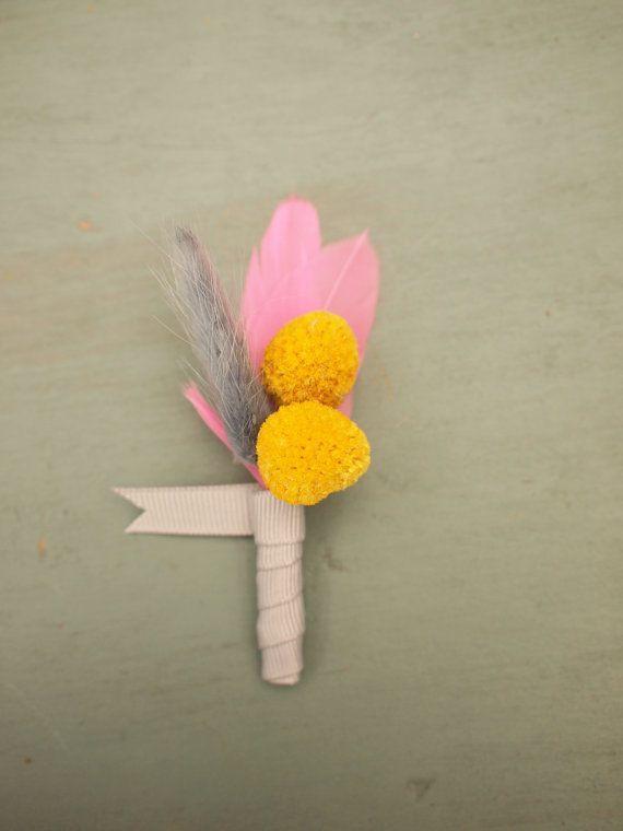 Craspedia e piuma Boutonniere, groomsman sposo sposa asola, grigio e giallo naturale keepsake