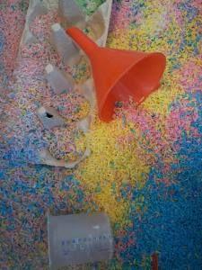 Gekleurde rijst, eenvoudig zelf te kleuren en heel geschikt voor activiteiten in de zand/watertafel.