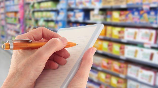 Come organizzare la spesa settimanale in ottica risparmio economico e di tempo, tra dispensa, freezer, offerte e verdure di stagione.