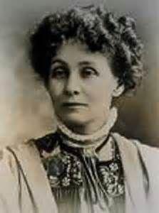 EMMELINE PANKHURST (1858-1928)Destacada activista y una de las fundadoras del movimiento sufragista británico.  Se casó con el abogado Richard Marsden Pankhurst. Su marido ya apoyaba anteriormente el movimiento de las sufragistas. Falleció tras haber obtenido el mayor de sus objetivos: el derecho al voto femenino en el Reino Unido.  Lo que más me ha gustado de ella es que ha defendido a capa y espada en lo que ella creía que era lo justo.