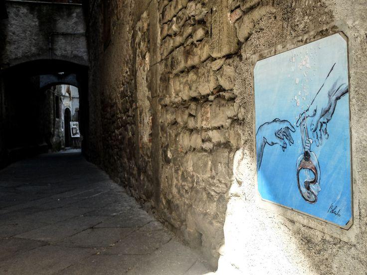 """#Lunigiana - Mancano ancora 9 giorni all'evento che inaugura l'estate, ma #Pontremoli è già pronta a... """"nuotare"""". L'incursione notturna degli artisti Blub, CLET, Carla Bru e Ache77 colora le strade e ci prepara a #SanPietro17   Festa di San Pietro #CarlaBru Blub L'arte sa nuotare CLET Ache77"""