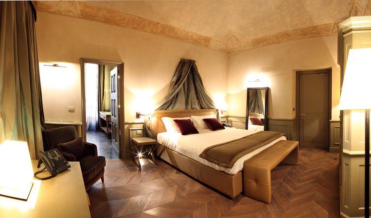 Historické Palazzo Righini nabízí 24 unikátních pokojů. Každý z nich skrývá něco speciálního - freskami pokryté klenby a stěny, zdobené kazetové stropy, křišťálové lustry a pozlacené lucerny, hedvábné taftové závěsy, jemný samet, postele s nebesy či baldachýny, podlahy z mramoru a ořechu.