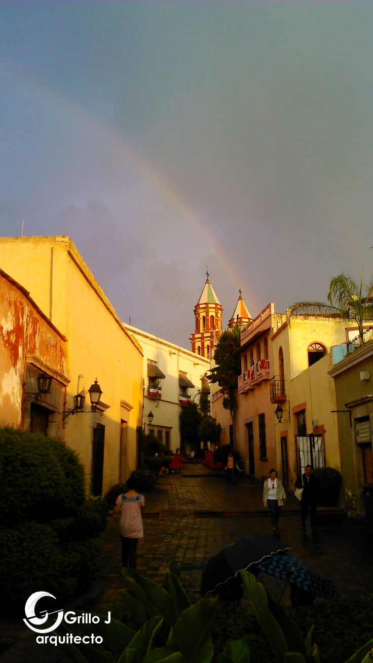 Arco iris y callejón en el centro de Querétaro
