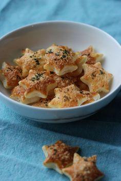 """Het lekkerste recept voor """"Bladerdeegsterretjes met parmezaan en rozemarijn"""" vind je bij njam! Ontdek nu meer dan duizenden smakelijke njam!-recepten voor alledaags kookplezier!"""