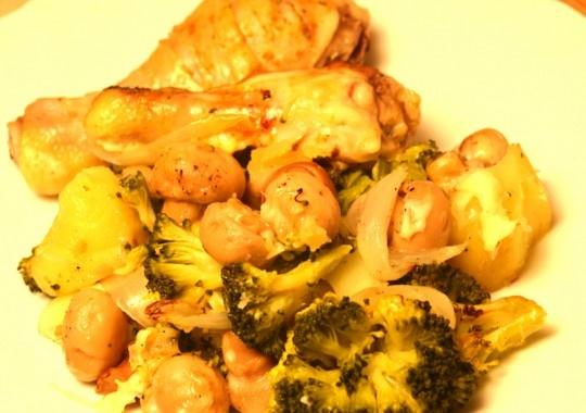 Pui cu cartofi şi ciuperci la cuptor, o savoare la cutor. Foarte uşor de gătit şi foarte gustos. Gata în 30 minute.
