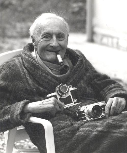 """Ingénieur gardant l'esprit """"Concours l'Epine"""", Lucien Dodin avaient, entre autres, inventé deux appareils originaux, un 6x9 sans soufflet, le Cyclope, à renvoi de l'image sur la pellicule par un jeux de miroirs et l'Alsaflex, un reflex à miroir et prismes au format carré 24x24."""