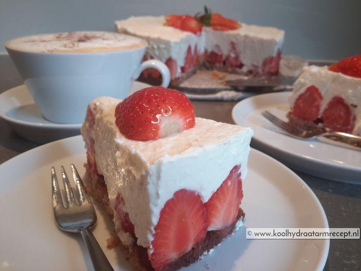 Dol op aardbeien? Maak deze heerlijk romige mascarponetaart dan met een bodem vol zomerkoninkjes. Als je liever ander rood fruit gebruikt kan dat ook.