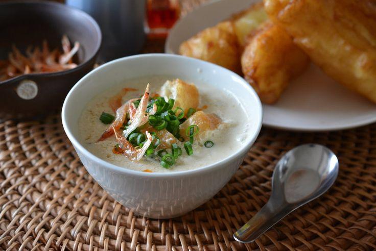 台湾のポピュラーな朝食である、豆乳スープをご存知ですか。お酢としょう油でふるふるに固まった豆乳と、華やかな具材が入ったスープがなんと3分程度でできてしまいます。豆乳のまろみに癒やされつつ、朝から元気になれそうなスープはいかがでしょうか。   スープ作家の有賀薫さんによる、旬の野菜をたっぷり食べるベーシック・スープのレッスンです。